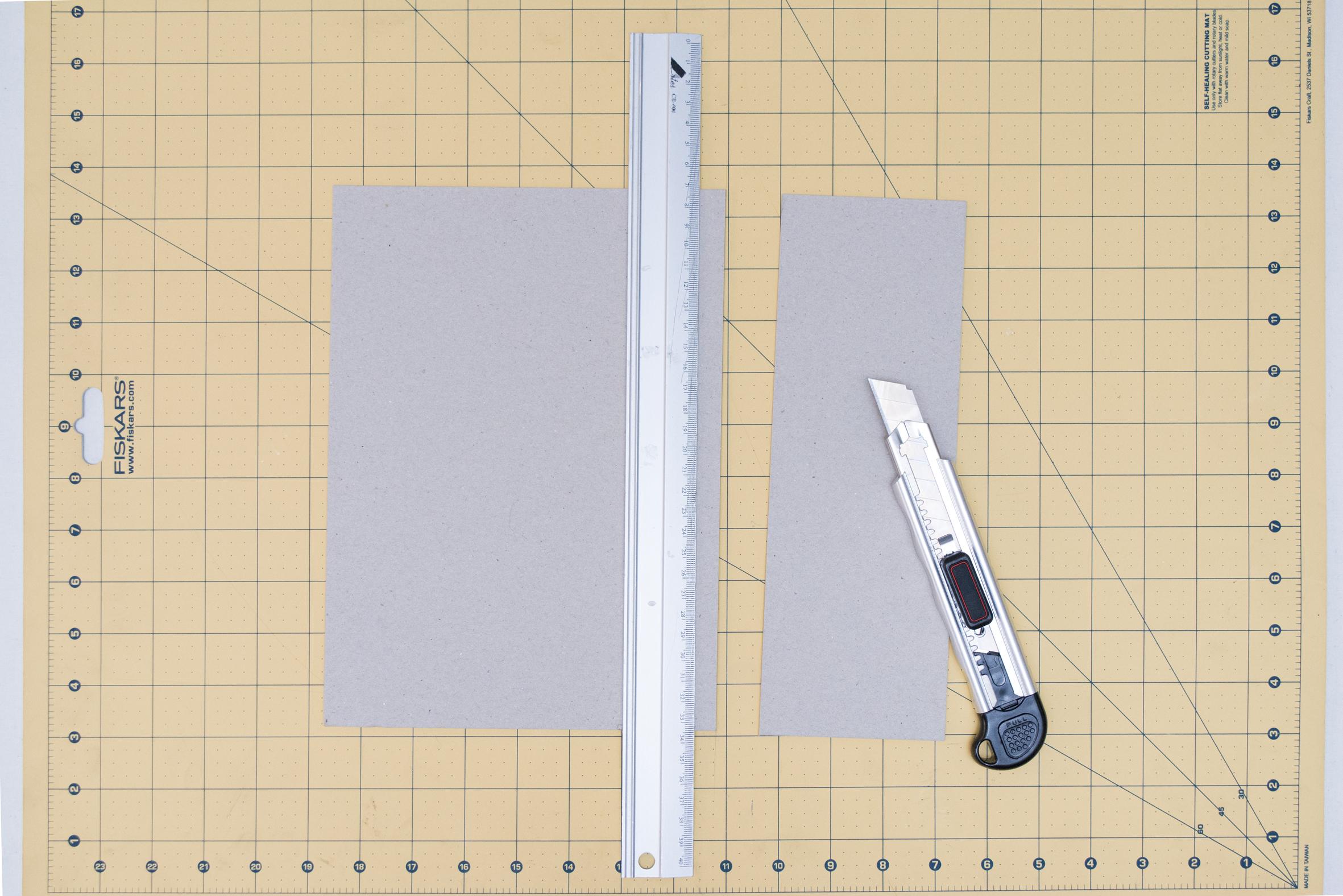 Cómo cortar el cartón de encuadernar